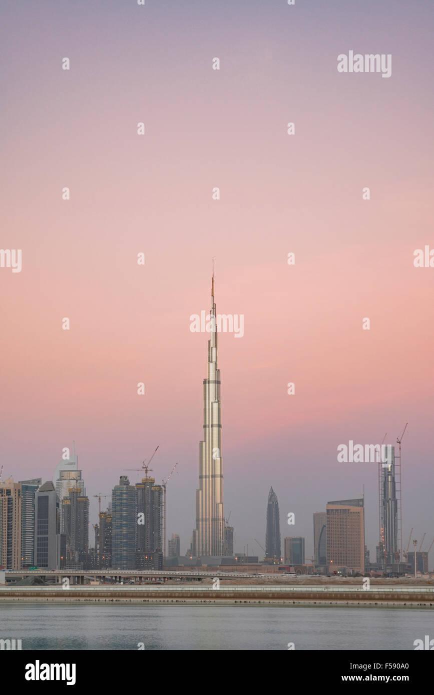Skyline von Wolkenkratzern und Burj Khalifa Tower vor Sonnenaufgang in Dubai Vereinigte Arabische Emirate Stockfoto