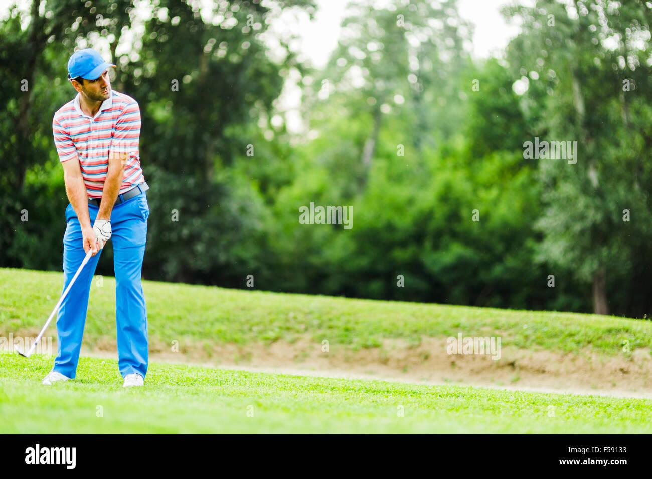 Golfer üben und Konzentration vor und nach dem Schuss an einem schönen sonnigen Tag Stockfoto