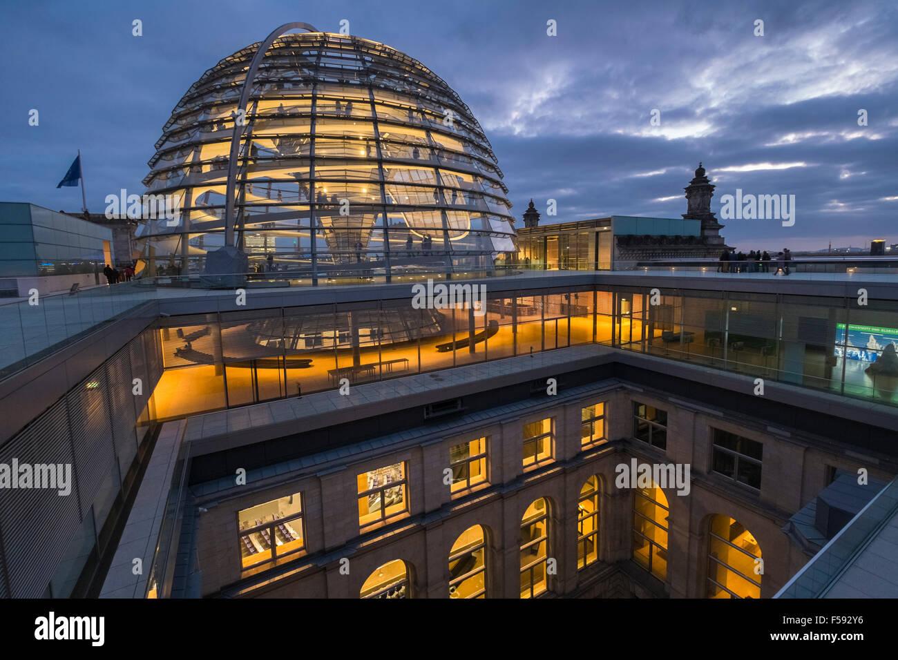 Moderne architektur der glas kuppel konstruktion in der d mmerung dachterrasse reichstag for Berlin moderne architektur