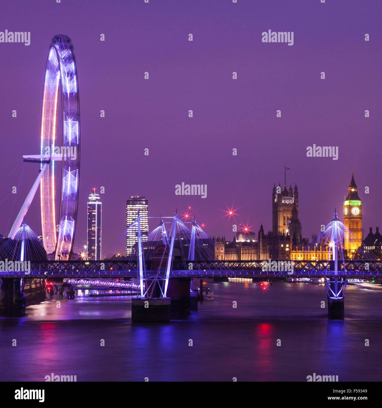 Einen Abend Blick auf London unter den Blick auf die Houses of Parliament, das London Eye und die Themse. Stockbild
