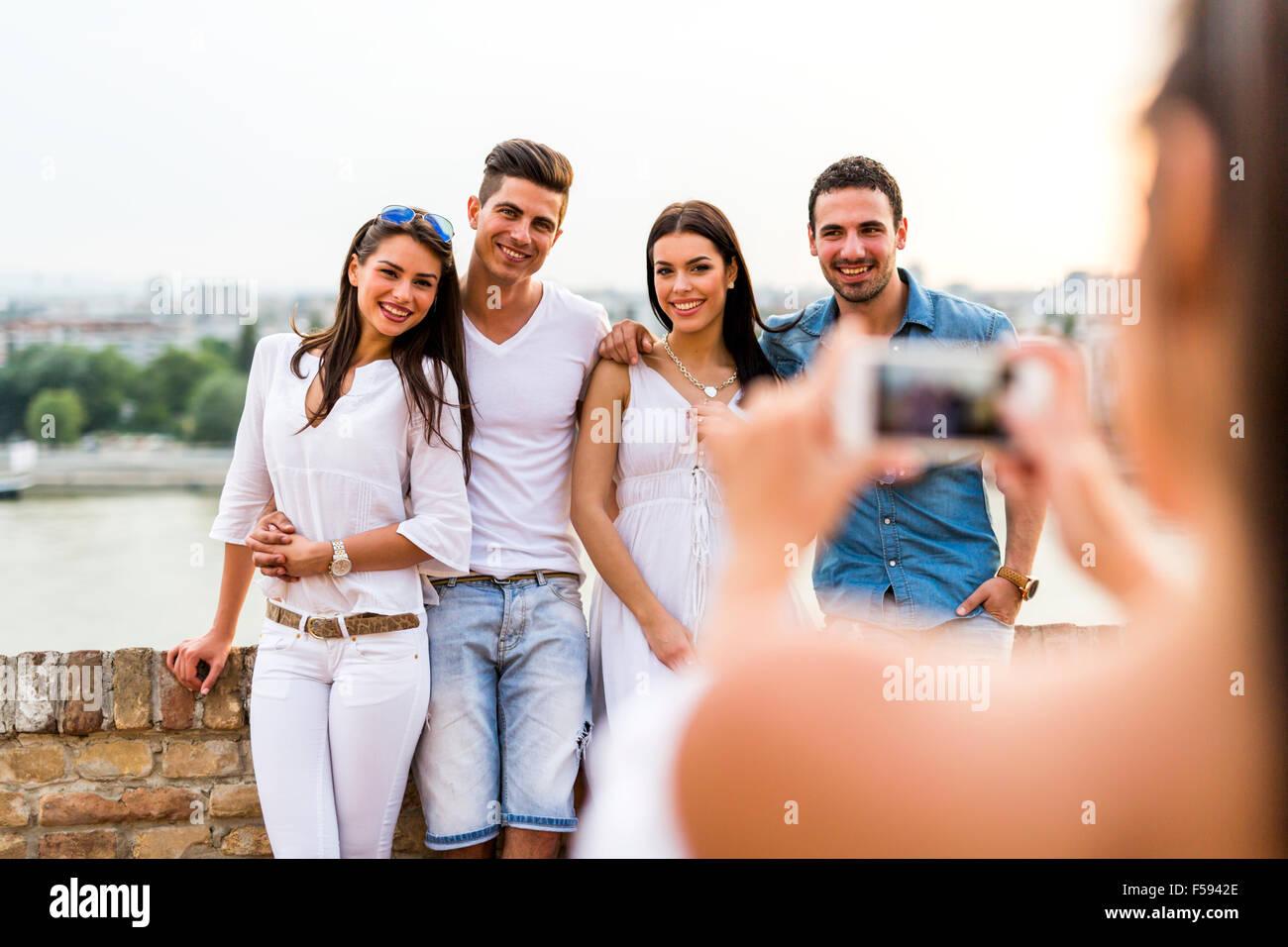 Junge und schöne Paare fotografieren mit smartphone Stockbild