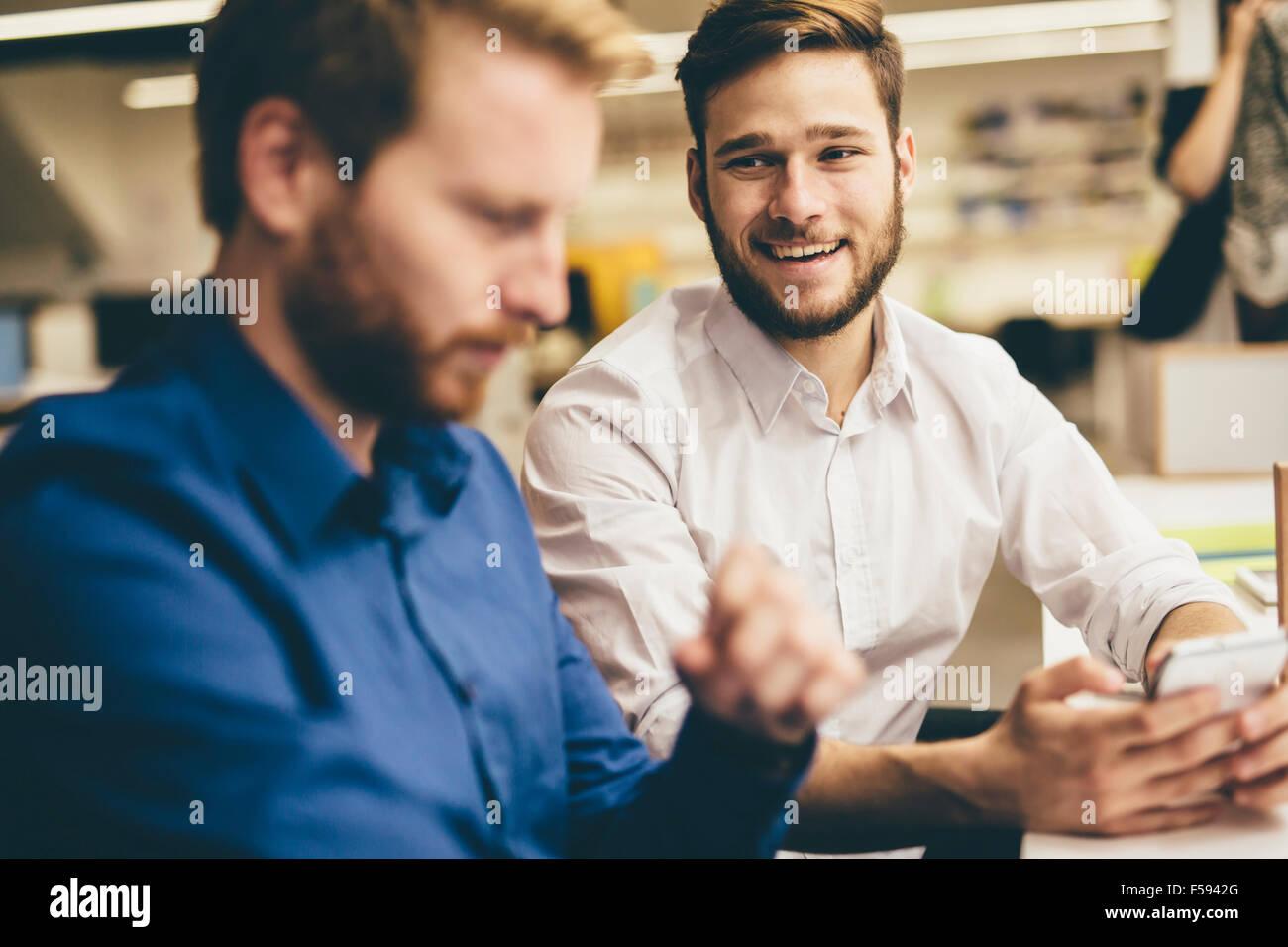 Schöne Männer In Einem Büro Arbeiten Und Lächelnd Stockfoto Bild