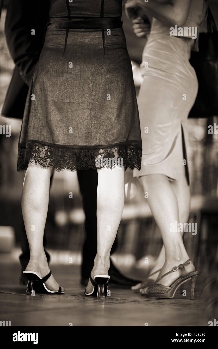 Füße und Beine der jungen Frauen Hochzeitsgast in Schuhen mit hohen ...