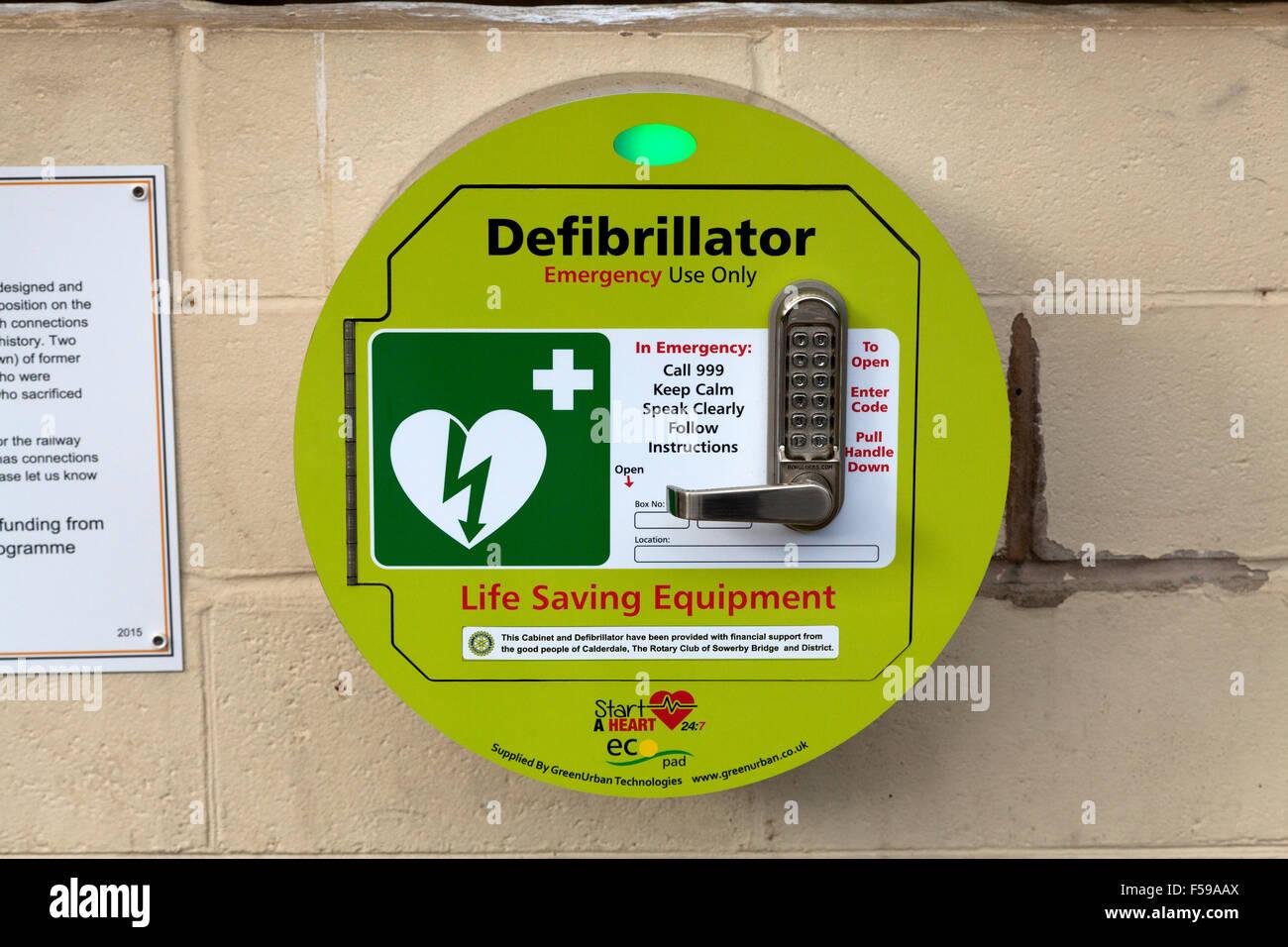 Defibrillator installiert am Bahnhof Sowerby Bridge, West Yorkshire Stockfoto