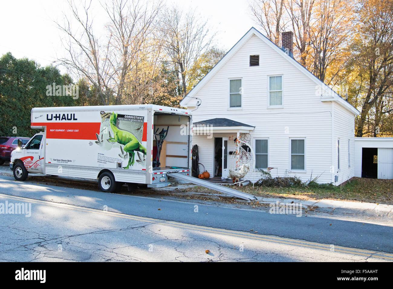 Umzug Haus Mit Beweglichen Lkw Mobelwagen Stockfoto Bild