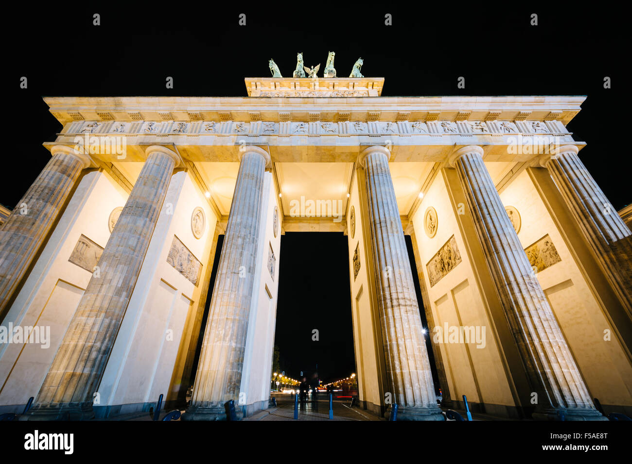 Das Brandenburger Tor bei Nacht, in Berlin, Deutschland. Stockbild