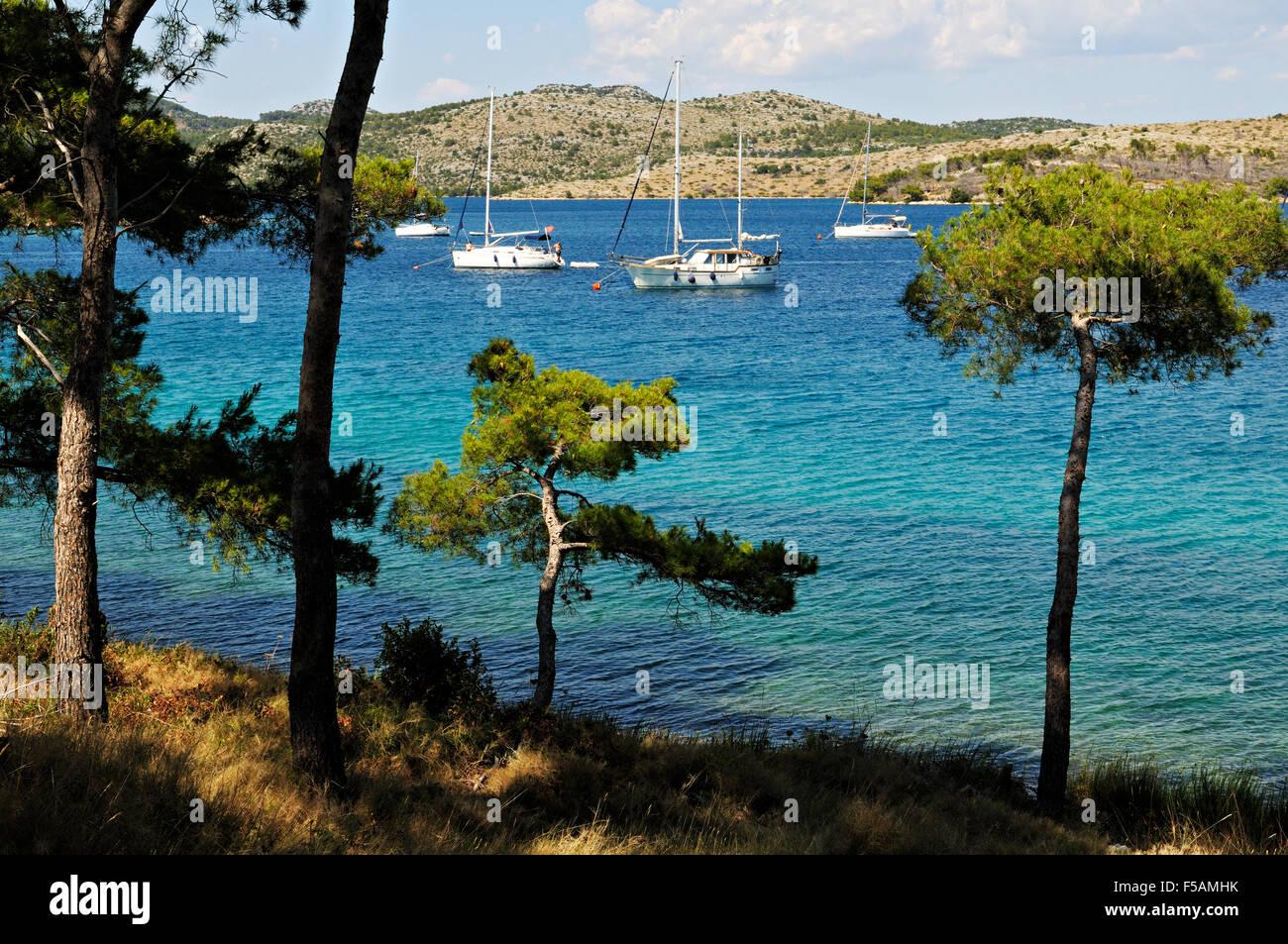 Freizeitboote verankert im Natur Park Telascica, einer natürlichen Bucht in Dugi Otok, Zadar County, Kroatien Stockbild