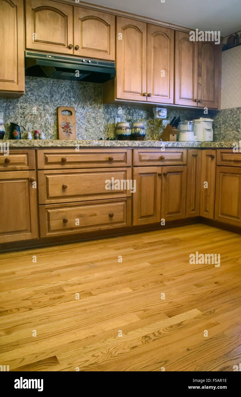 Küche mit Schränken aus Eichenholz & Holz Boden und Granit ...