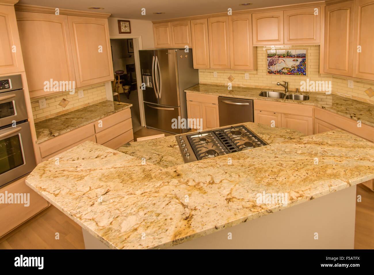 Renovierte Küche Mit Granit Arbeitsplatte Und Fliesen Backsplash