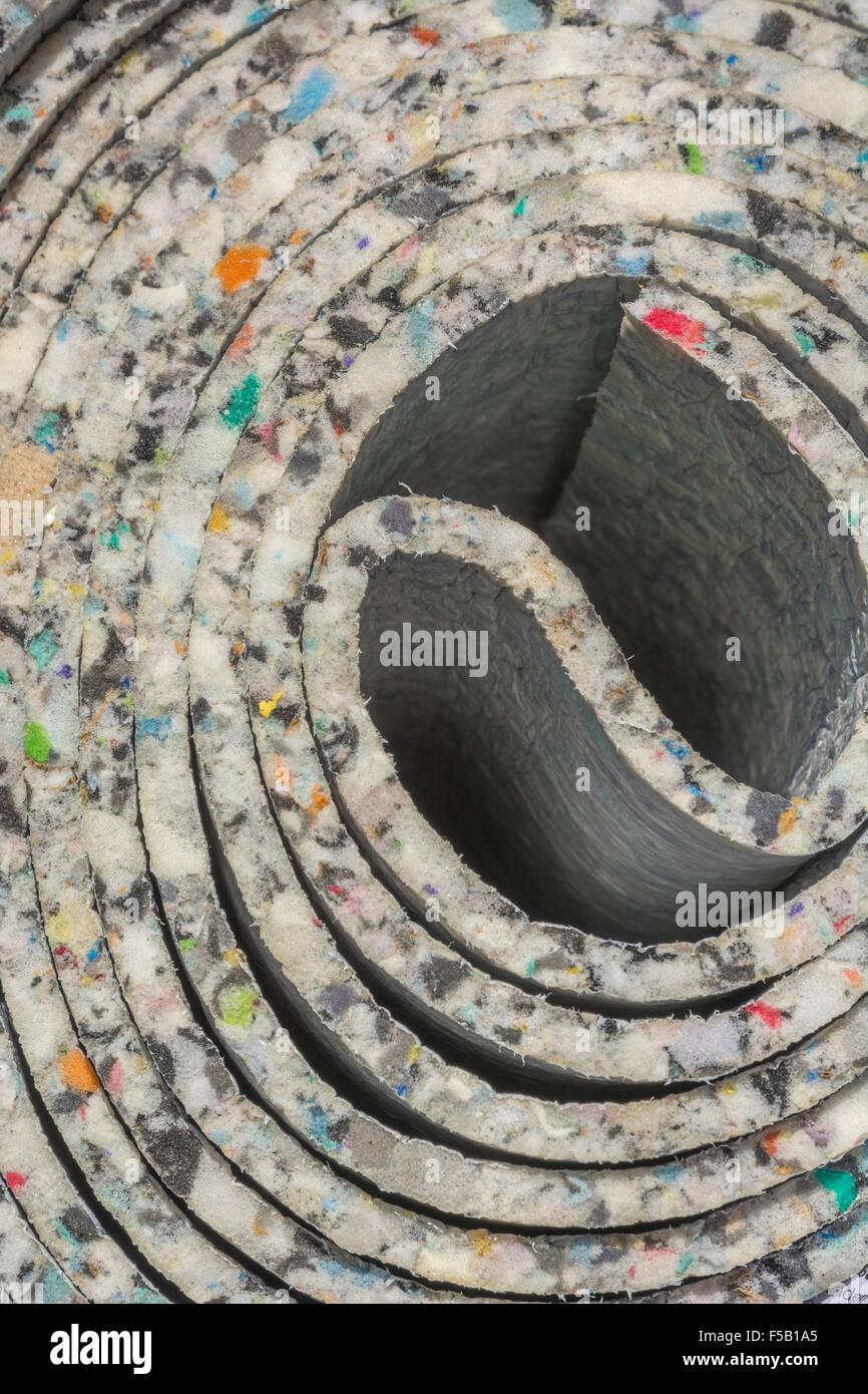 Close-up mit einer Rolle von Teppich Unterlage - Metapher für recycelte Materialien und Konzept einer engen Roll, Stockfoto