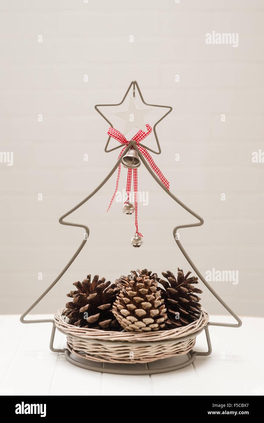 Weihnachts-Deko-Korb mit Tannenzapfen Stockbild