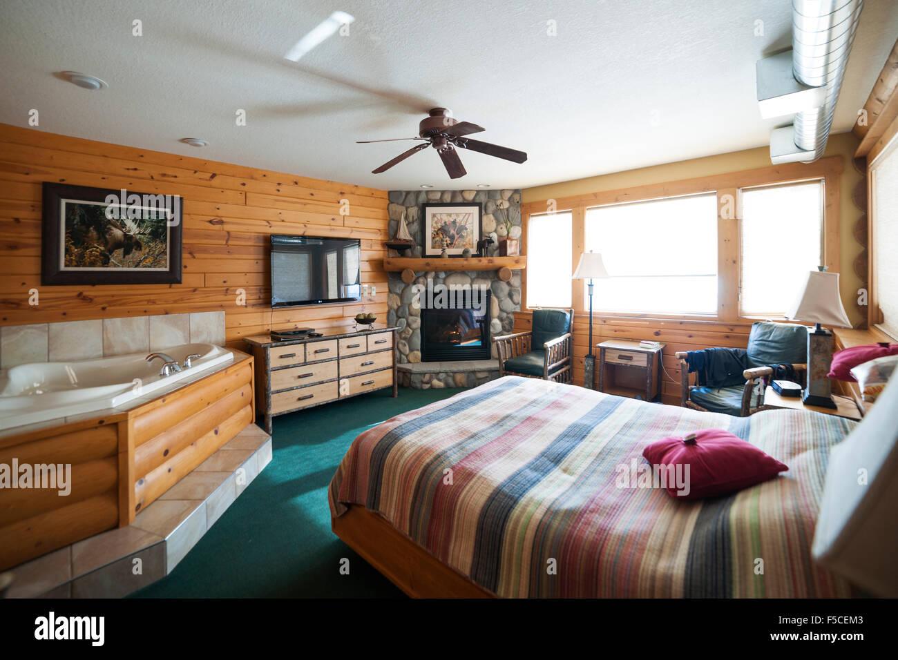 Hotel-Suite mit Whirlpool und Kamin im Log gesäumt Schlafzimmer ...