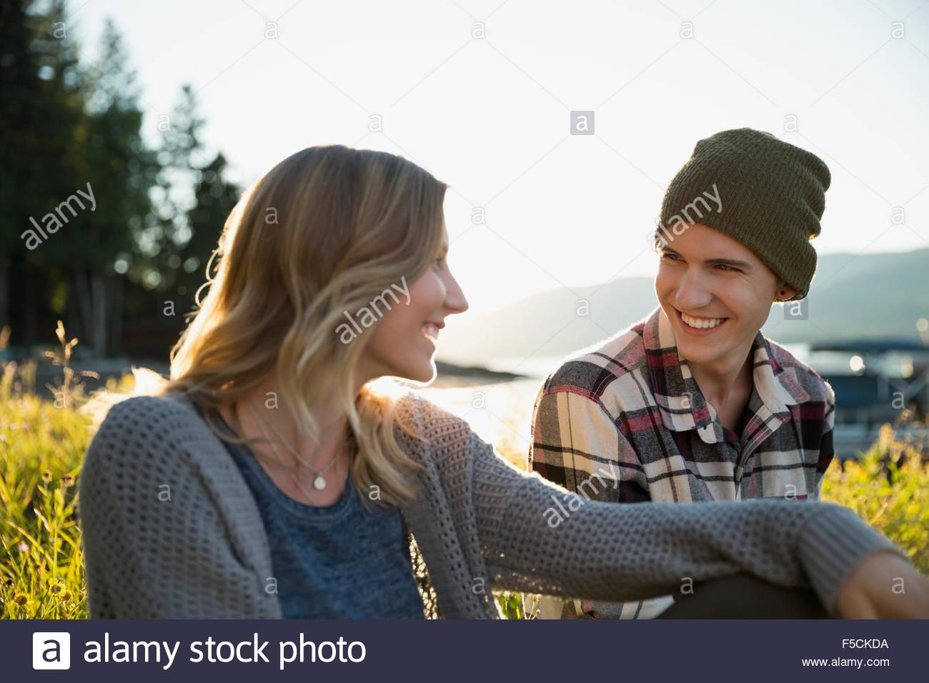Junges Paar im freien sprechen Stockfoto