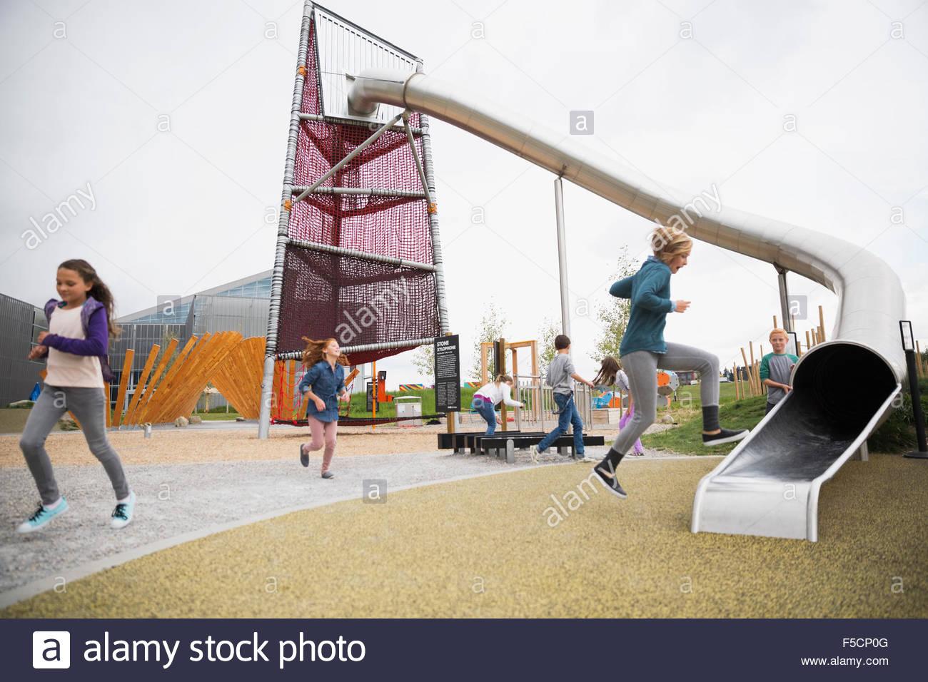 Kinder spielen am Spielplatz Stockfoto