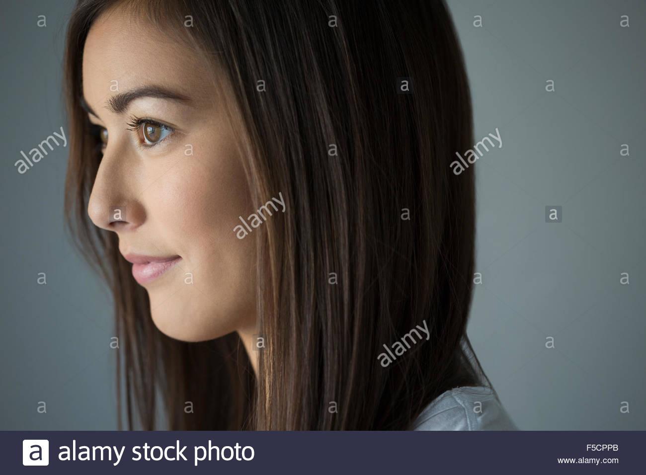 Nachdenklich Brünette junge Frau wegsehen hautnah Stockbild