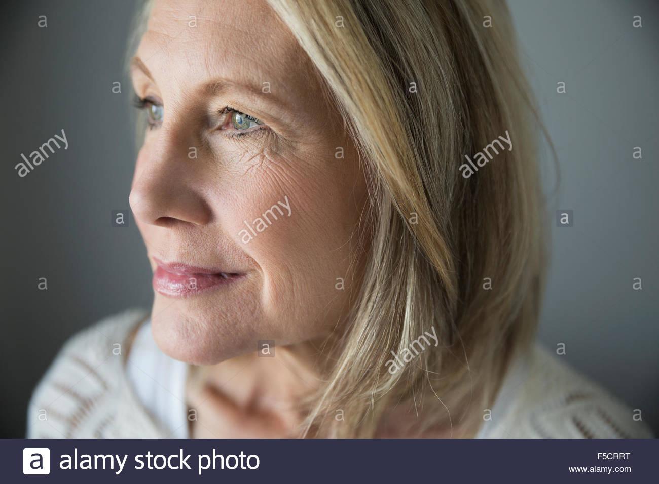 Nahaufnahme Portrait nachdenklich senior Frau wegschauen Stockbild