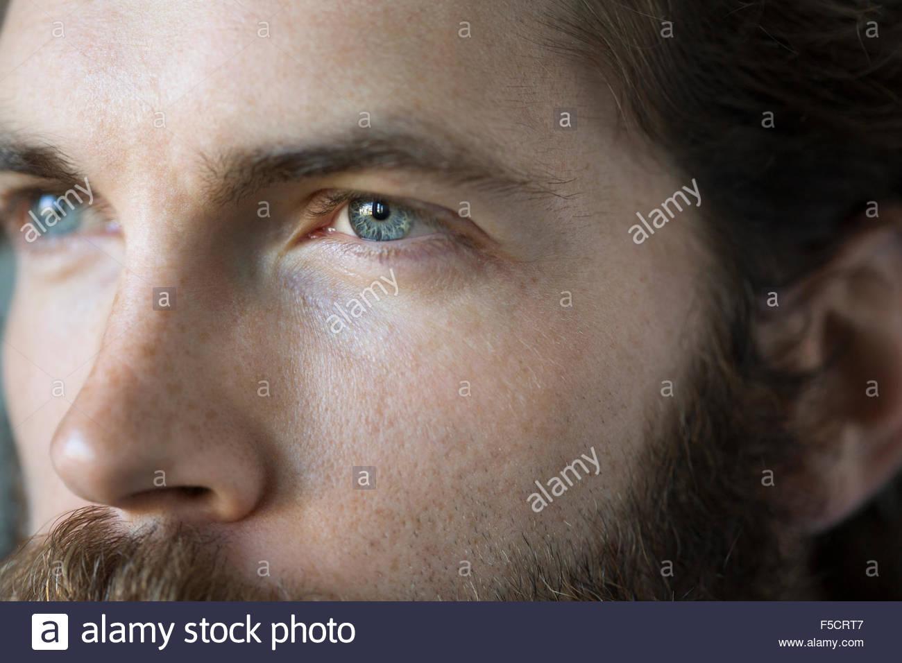 Full-Frame in der Nähe von nachdenklicher Mann blaue Augen Stockbild