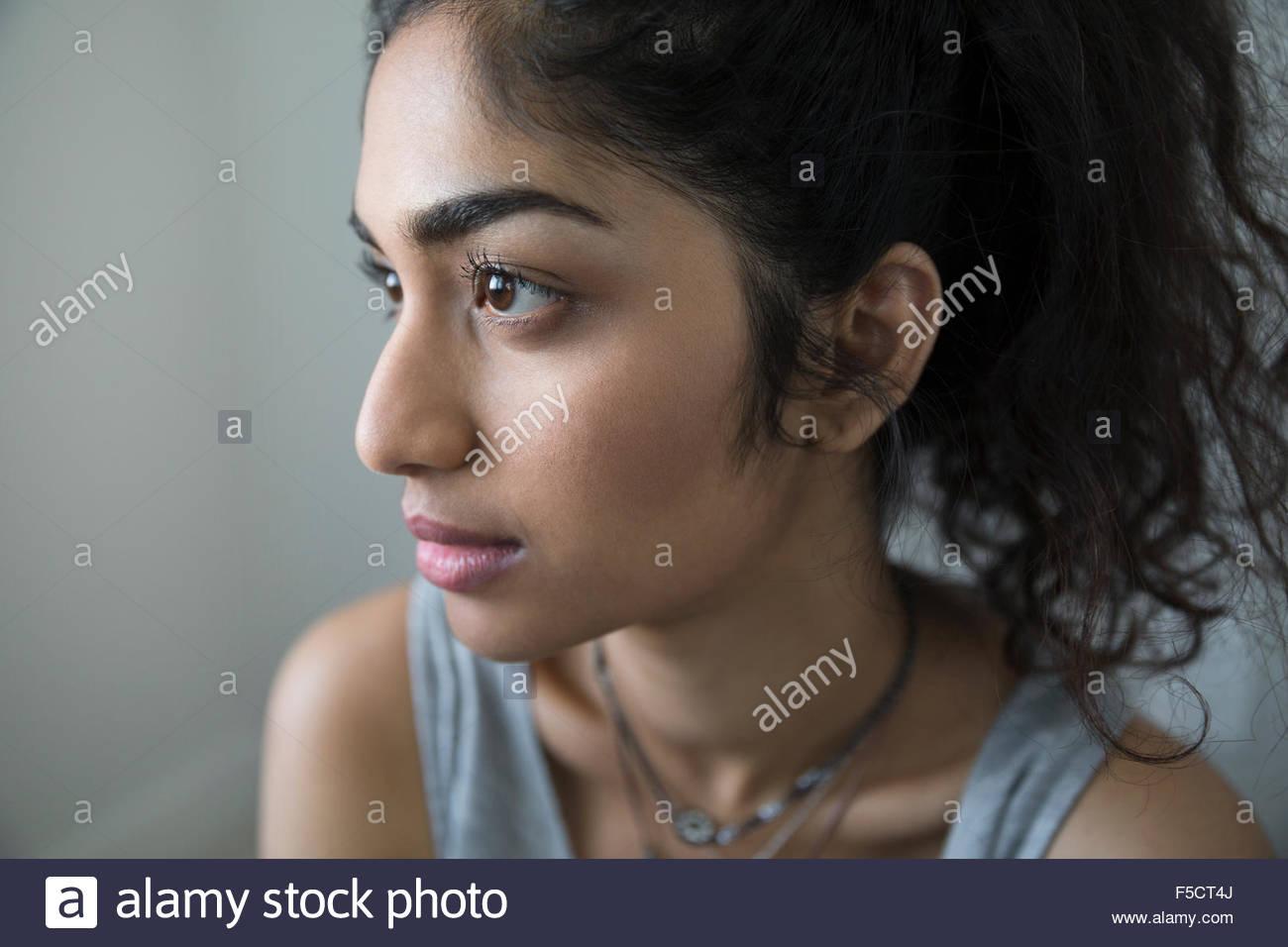 Nahaufnahme Hochformat nachdenkliche junge Frau wegschauen Stockbild