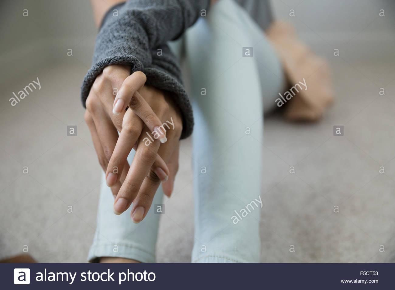 Junge Frau mit den Händen umklammert hautnah Stockbild