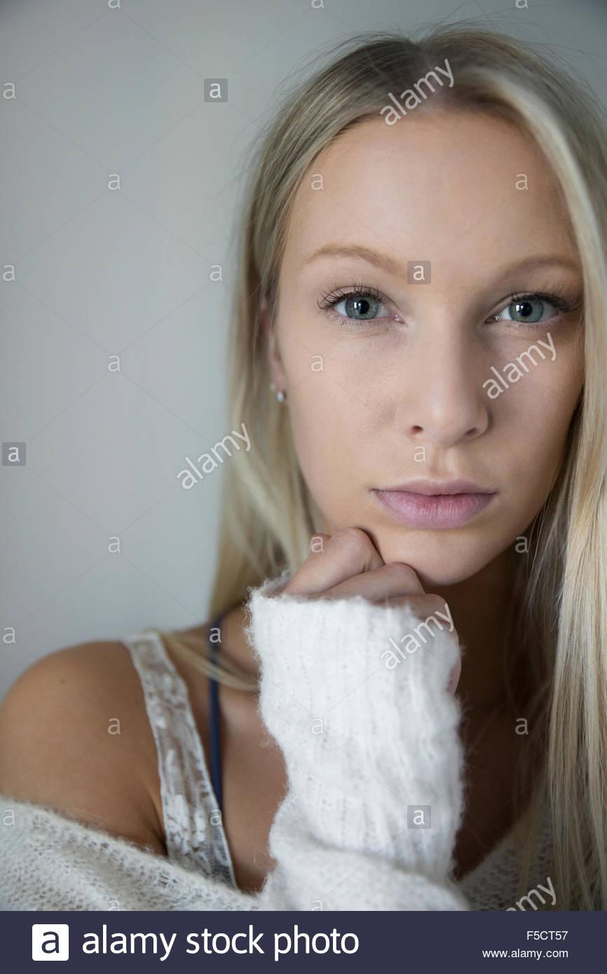 Porträt ernst blonde Frau mit Hand am Kinn Stockbild