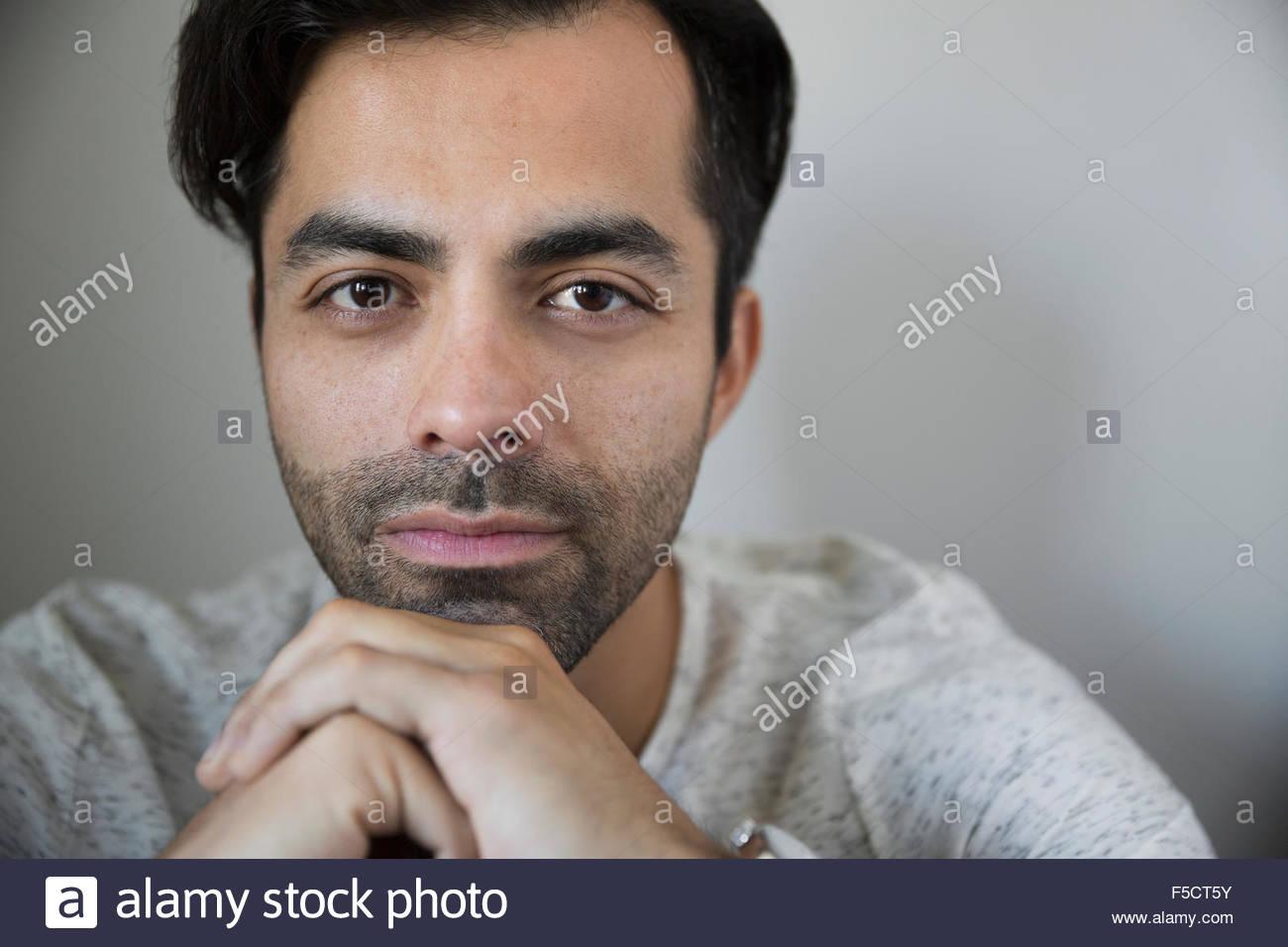 Porträt ernster Mann mit schwarzen Haaren und Stoppeln Stockbild