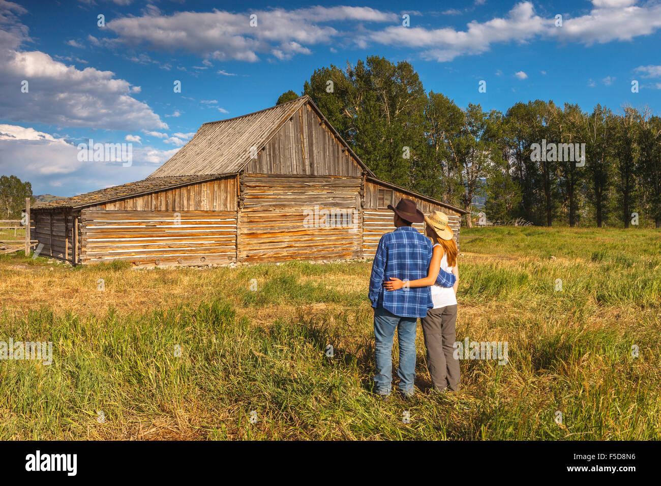 Ein junges Paar von Thomas Alma Moulton Barn, Antelope Flats, Grand-Teton-Nationalpark, Wyoming, USA. Stockfoto