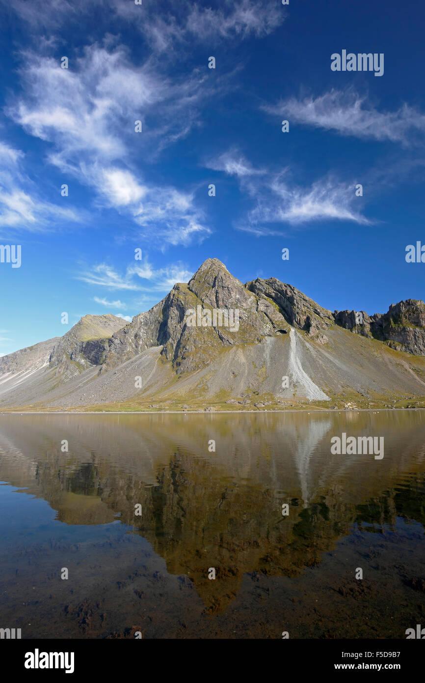 Vikurfjall Berg spiegelt sich auf Wasser, von Hvalnes Naturschutzgebiet, Island Stockbild