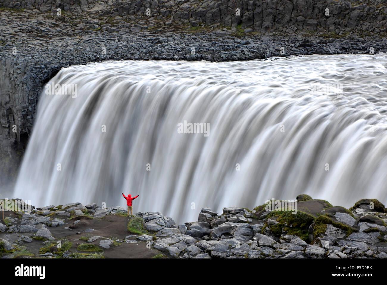 Wanderer am Rand des Dettifoss Wasserfälle in der Nähe von Reykjahlid, Island Stockbild