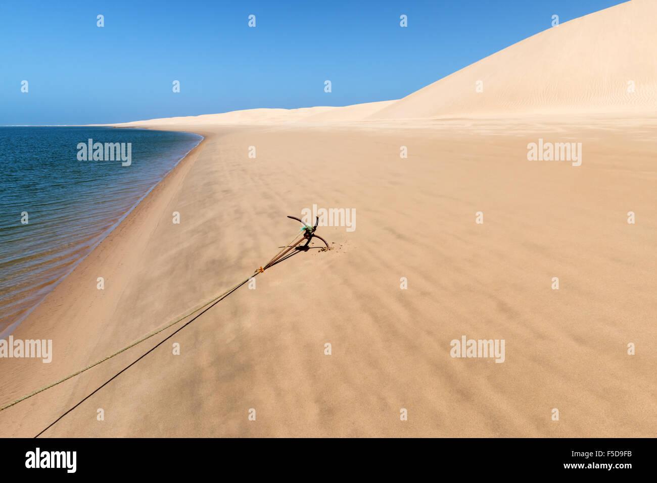 Anker für ein Fischerboot am Strand der Lagune Khenifiss (Lac Naila). Stockbild