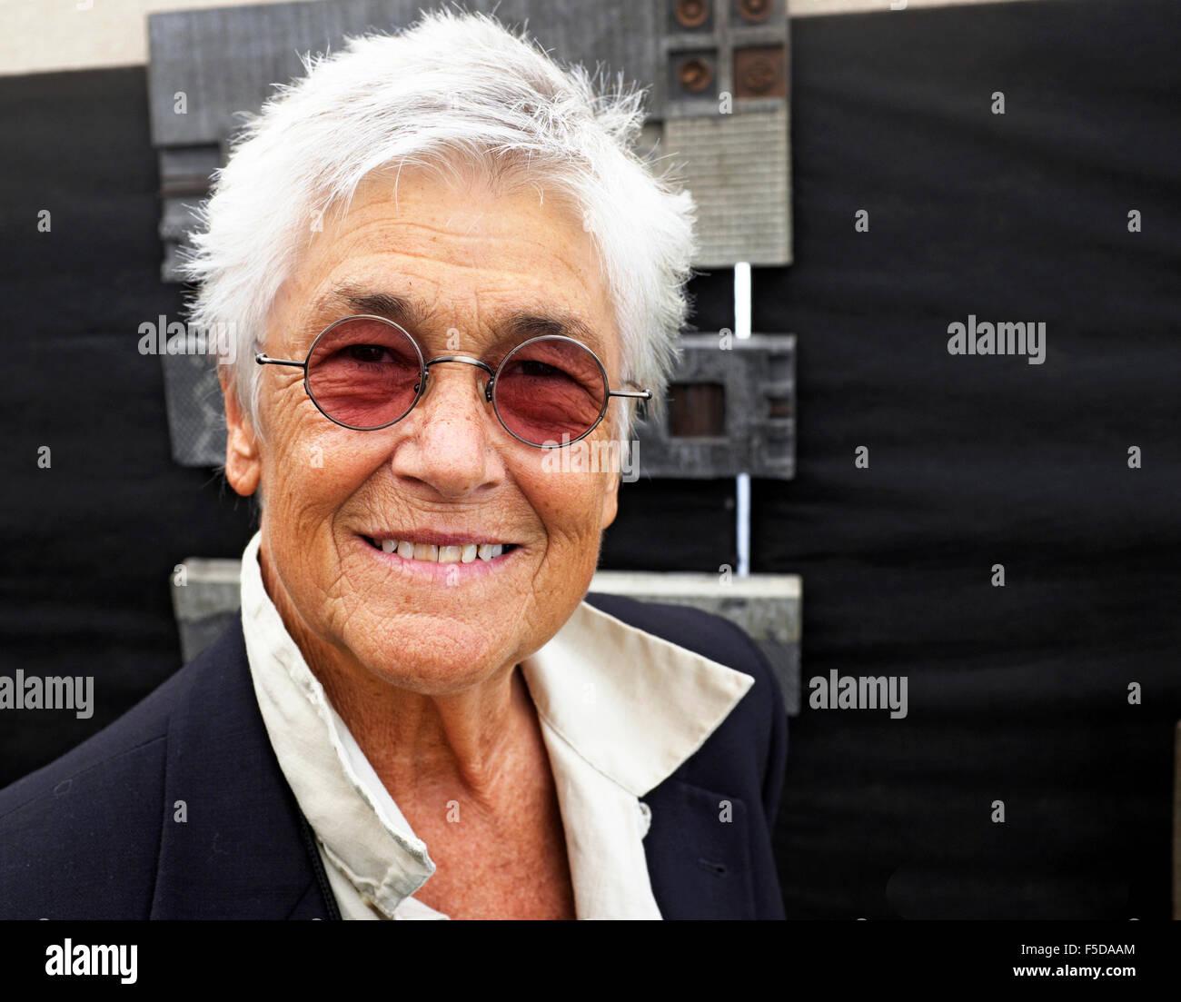 Eine Frau Mittleren Alters Mit Sehr Kurzen Haaren Getönte Brille