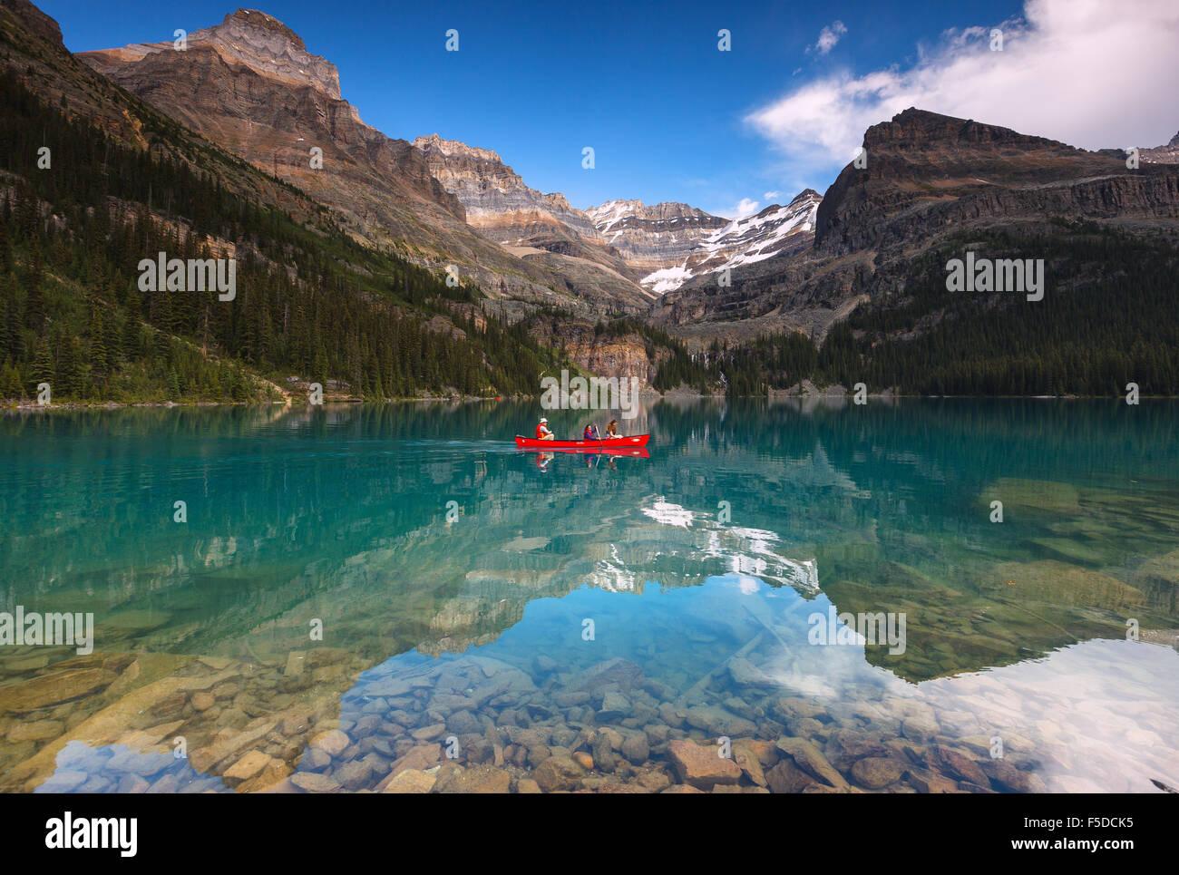 Ein paar Kanu am wunderschönen Lake O'Hara im Yoho National Park, British Columbia, Kanada, Amerika. Stockbild
