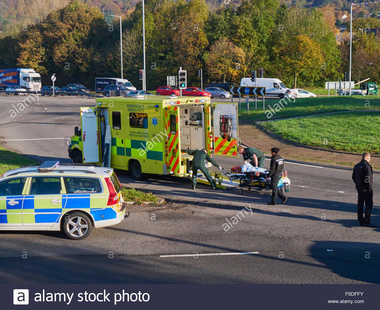 Ein Wales Ambulanz und Polizei Auto an der Szene von einem ...