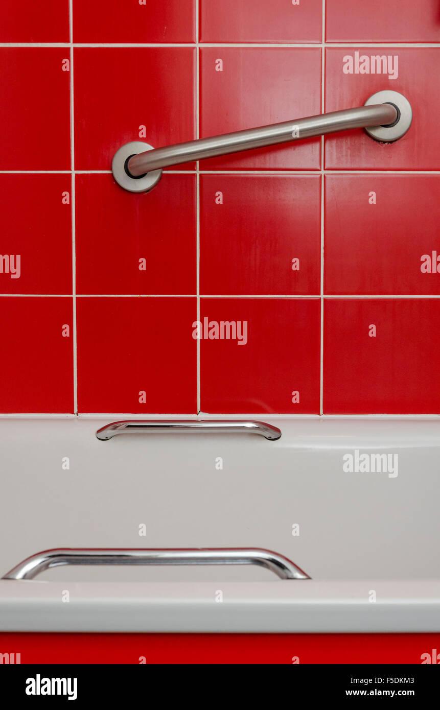 Zugänglich Griffe in einem Hotel-Badezimmer Stockfoto