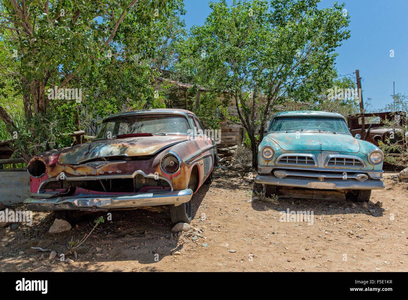 Zwei Autowracks bin Hackberry General Wunde eine der Historic Route 66 in Arizona, USA Stockbild