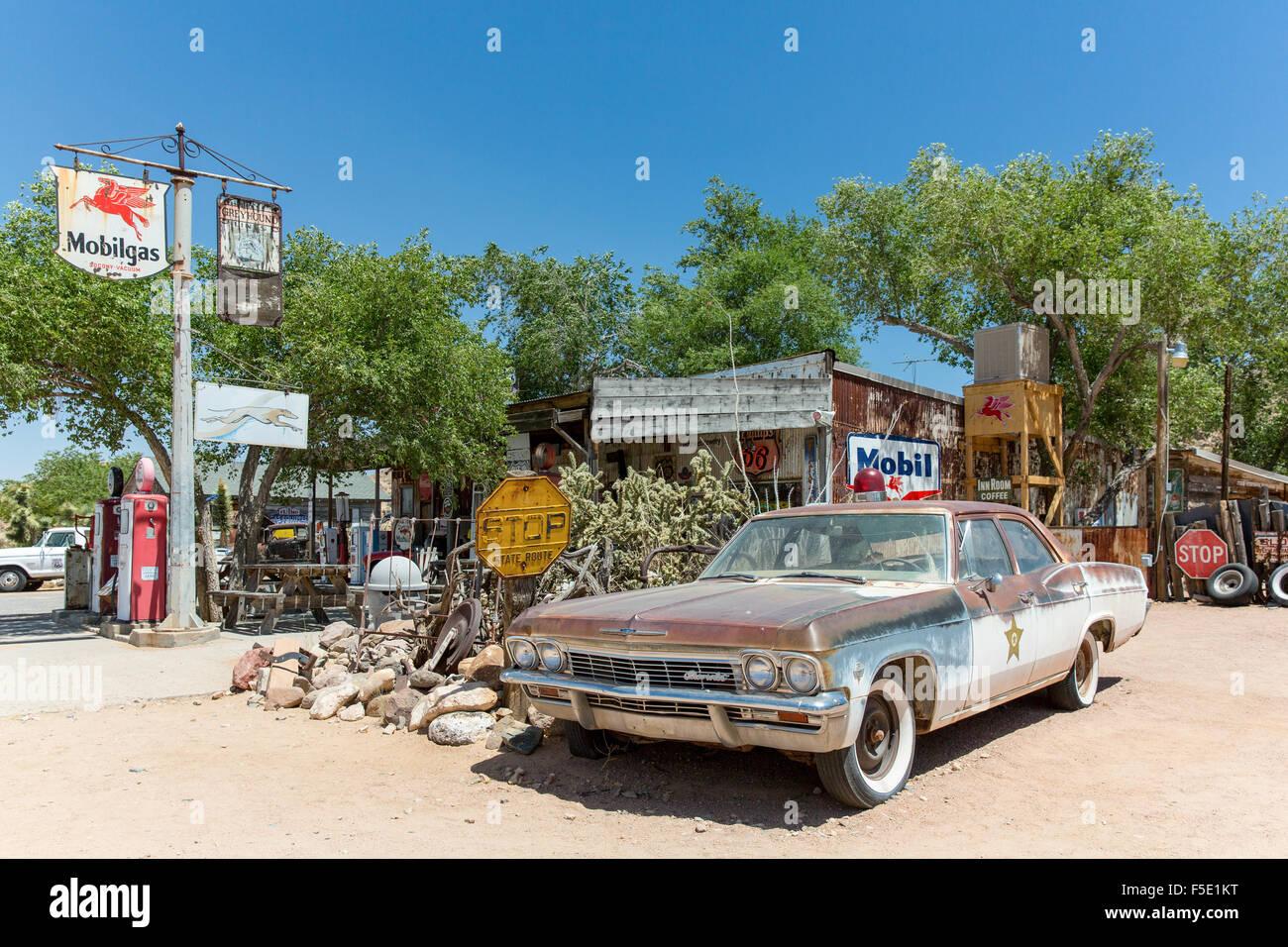 Ein altes Sheriffs Auto (Policecar) Hackberrys Gemischtwarenladen in Kingman, Arizona, USA Stockbild
