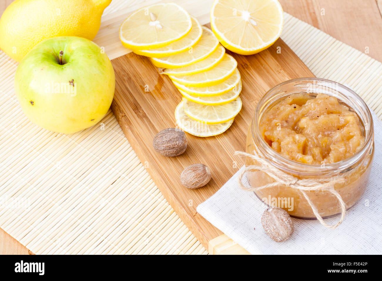 Hausgemachte Apfel und Zitrone Marmelade mit Ingwer und Muskat, Closeup, selektiven Fokus Stockbild