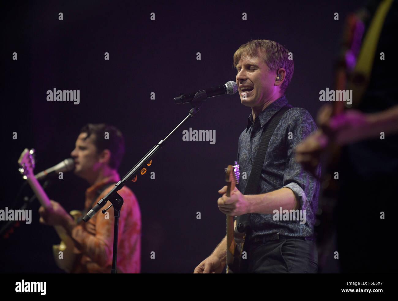 Bild auf der Bühne Alex Kapranos von Franz Ferdinand Save Kinder (Schottland)-Flüchtling-Benefiz-Konzert in den Stockfoto