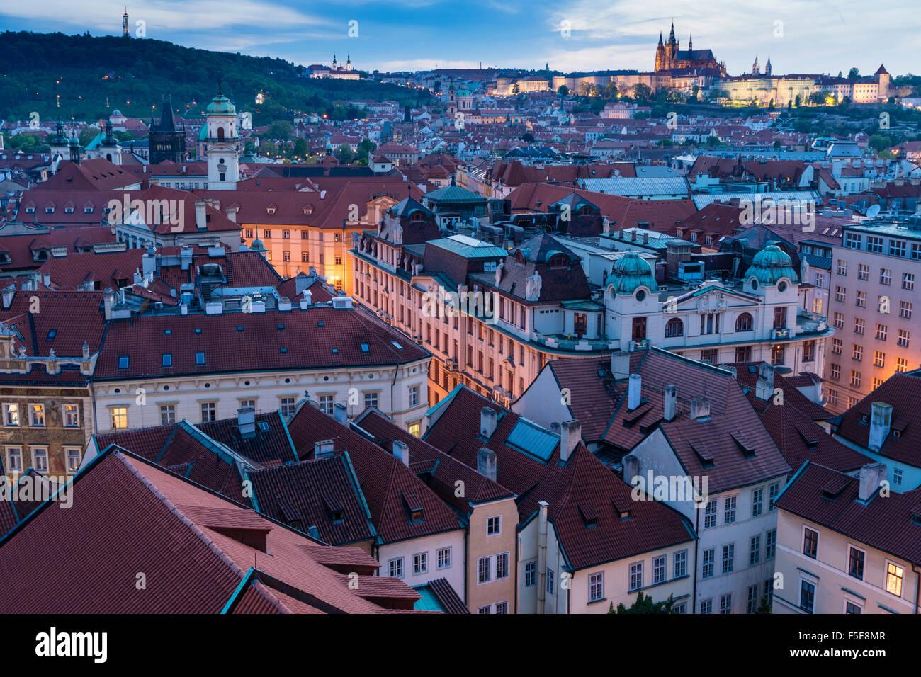 Blick über die Dächer der Altstadt in Richtung St.-Veits Dom bei Dämmerung, UNESCO-Weltkulturerbe, Stockbild