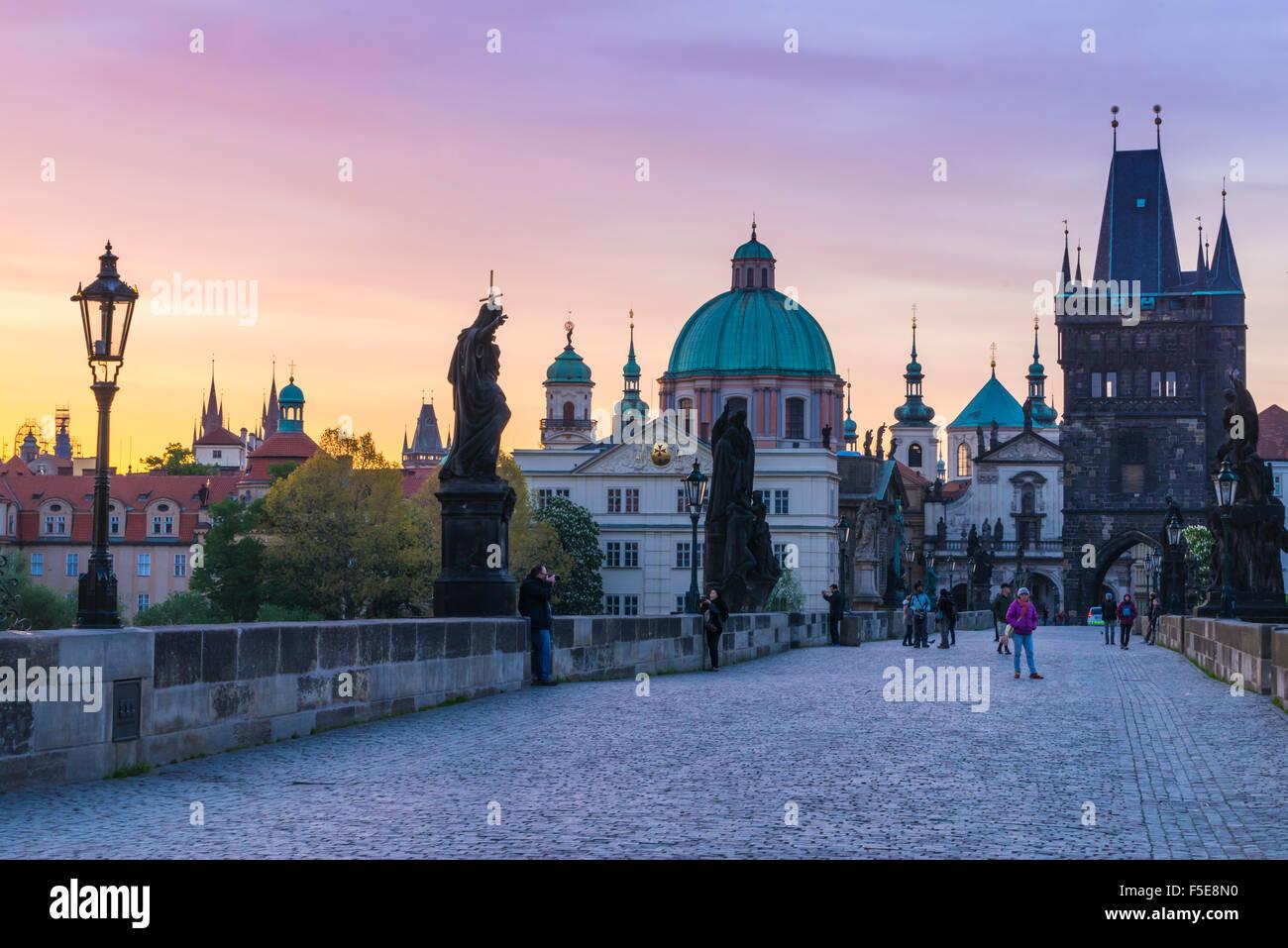 Sonnenaufgang auf der Karlsbrücke, UNESCO-Weltkulturerbe, Prag, Tschechische Republik, Europa Stockfoto