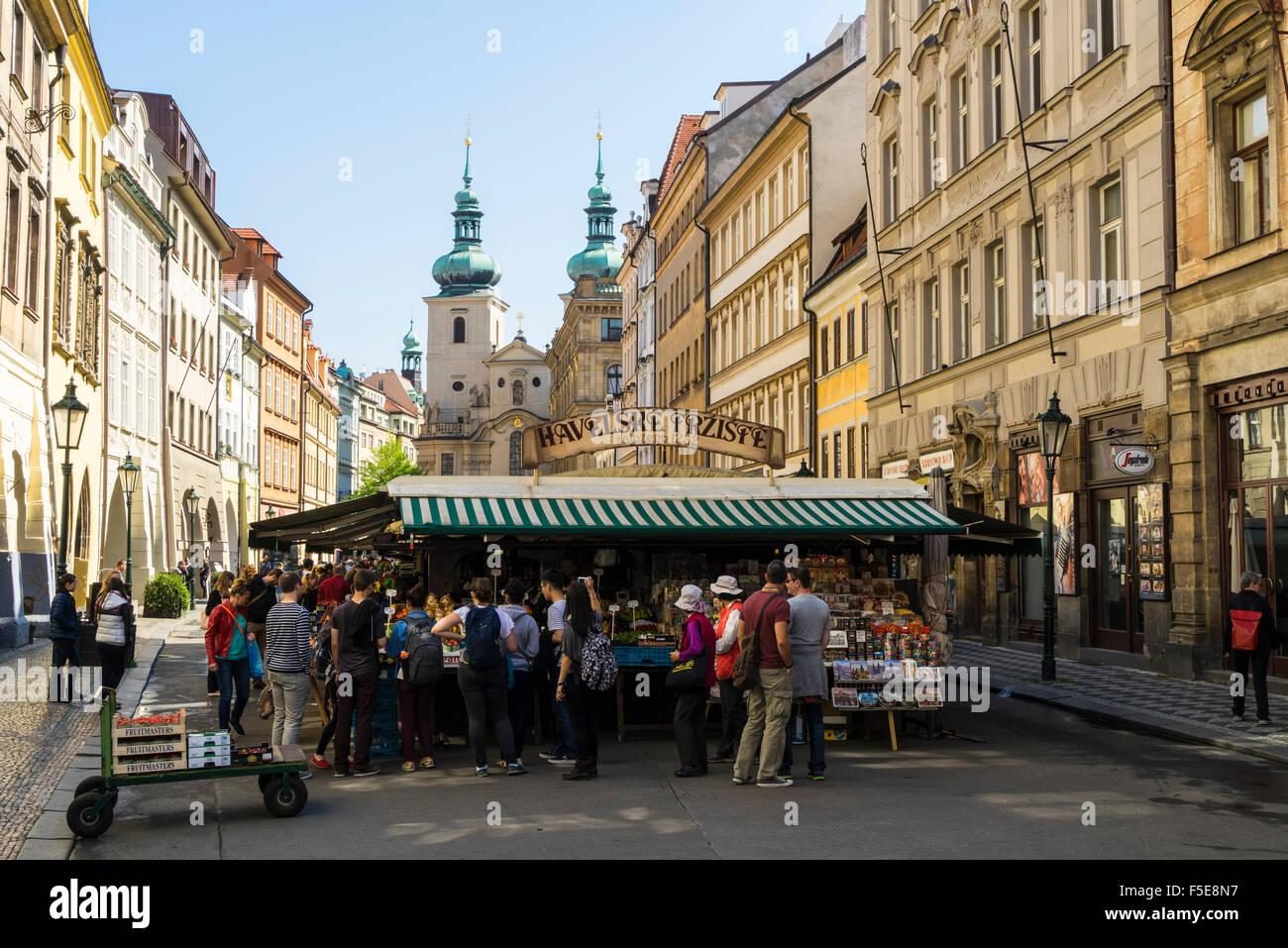 Havelský Trziste ist die Altstadt größte outdoor-Markt vor der Kirche St. Havel in Prag, Tschechische Stockbild