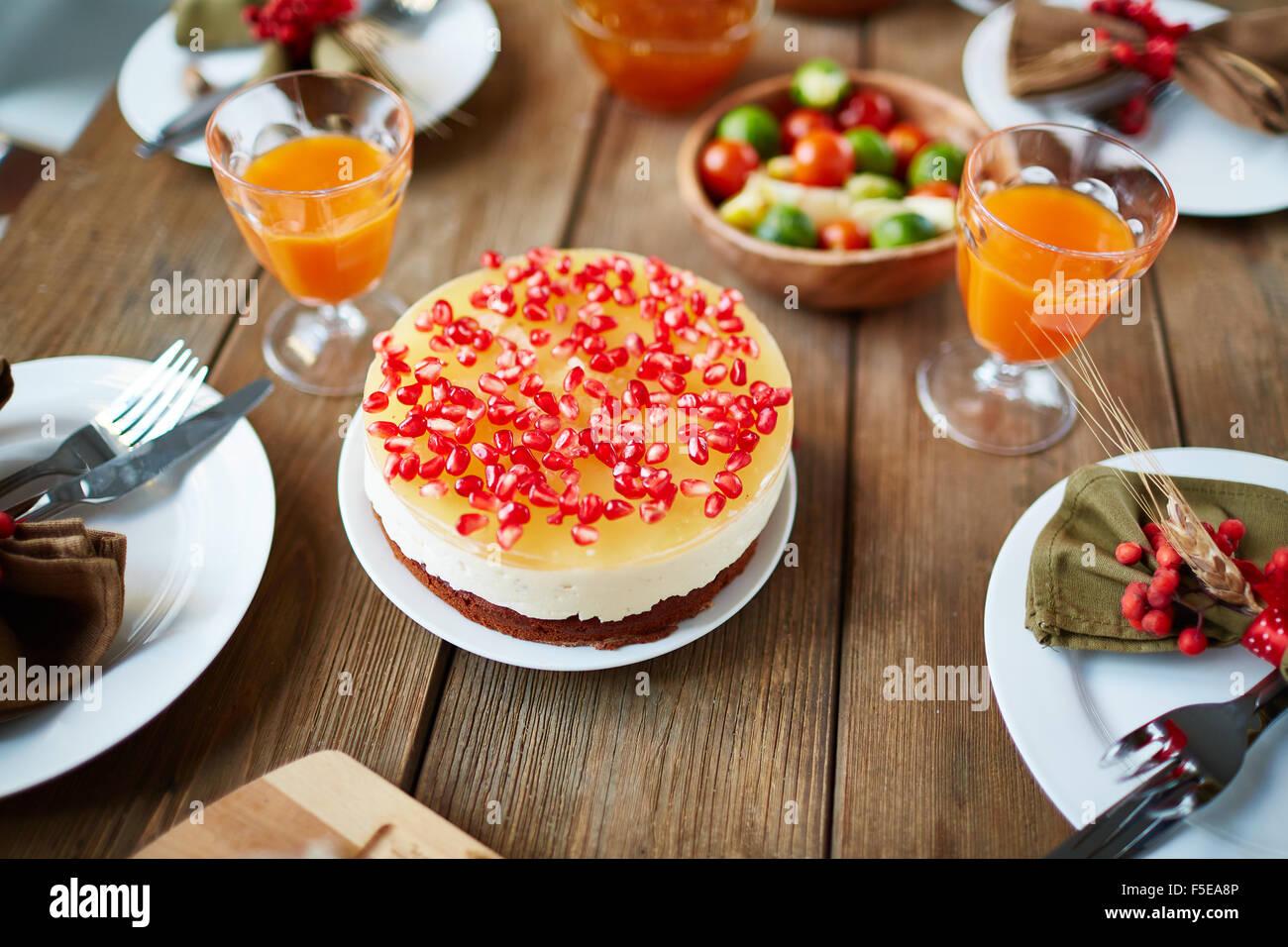 Appetitlich Thanksgiving-Dessert mit Granatapfel Samen auf festlich gedeckten Tisch Stockbild