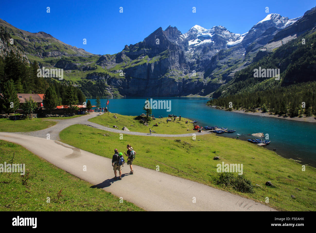 Wanderer rund um Lake Oeschinensee, Kandersteg, Berner Oberland, Kanton Bern, Schweiz, Europa Stockbild