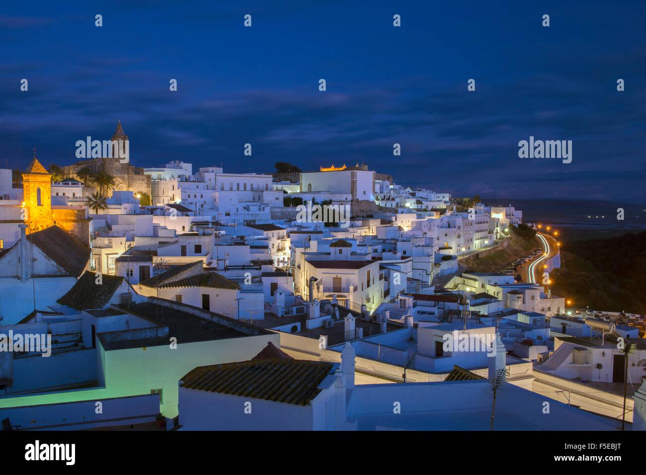 Abend auf der Dachterrasse Blick auf den weiß getünchten Dorf (Pueblos Blanca) von Vejer De La Frontera, Stockbild