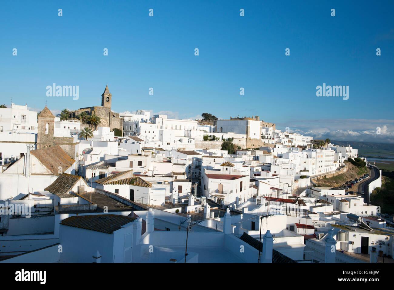 Aussicht von der Dachterrasse des weißen Dorfes (Pueblos Blanca) von Vejer De La Frontera, Provinz Cadiz, Andalusien, Stockbild