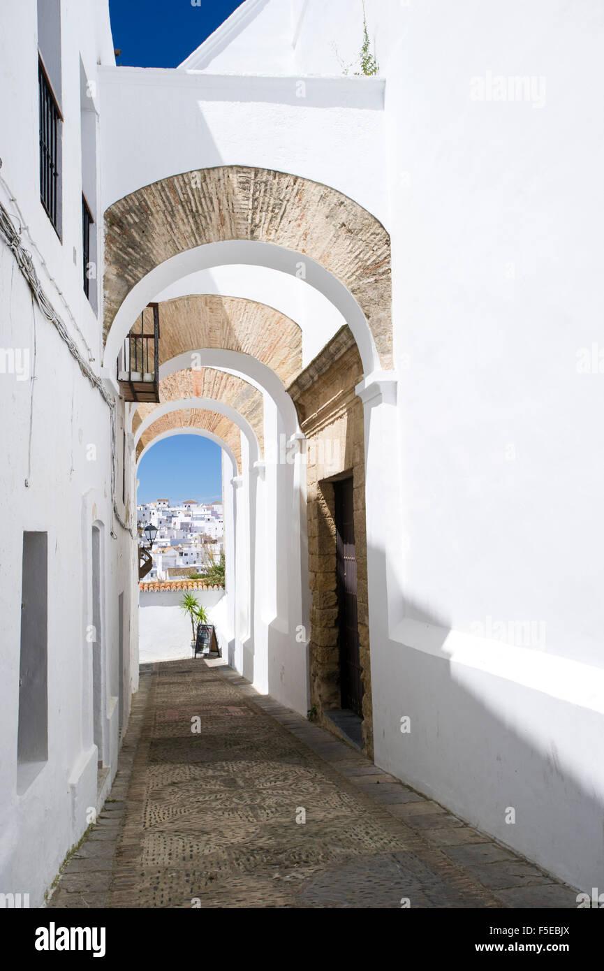 Gewölbte Architektur in den engen Gassen von dem malerischen Dorf von Vejer De La Frontera, Andalusien, Spanien, Stockbild