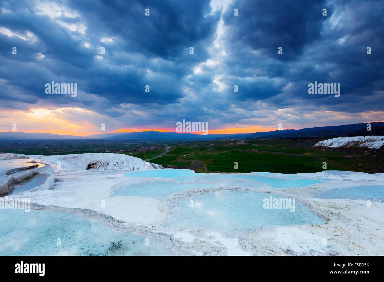 Weißer Travertin Becken bei Sonnenuntergang, Pamukkale, UNESCO-Weltkulturerbe, westlichen Anatolien, Türkei, Stockbild