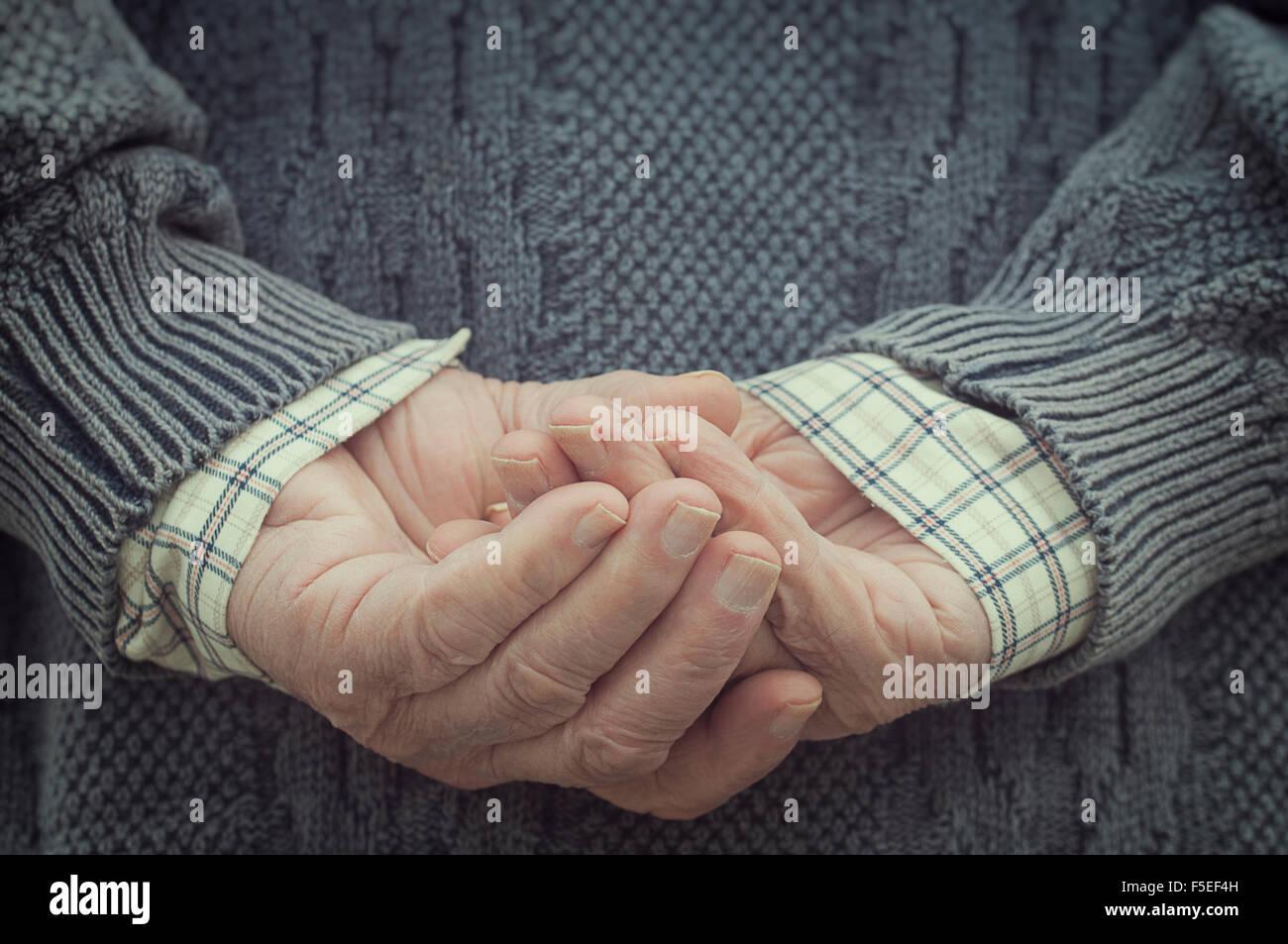 Rückansicht eines Mannes Hand in Hand hinter seinem Rücken Stockbild