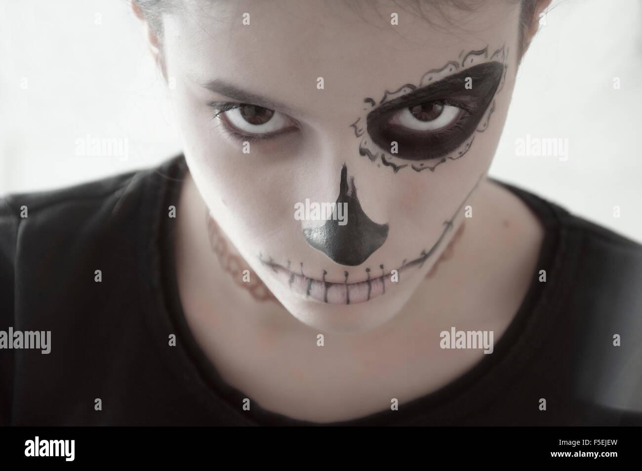 Mädchen mit einem gemalten Gesicht für Halloween Stockbild