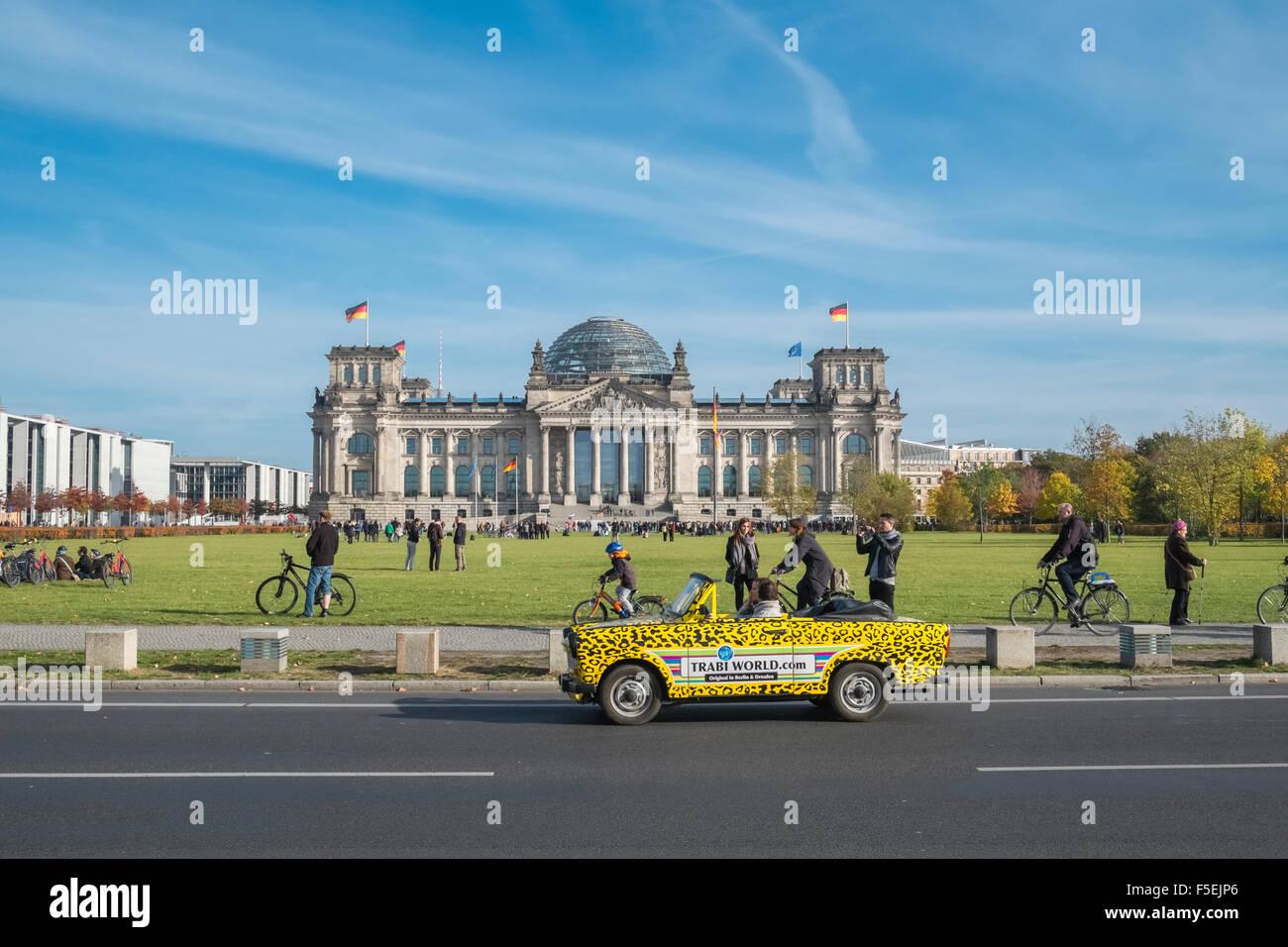 Touristen in Trabi Auto anhalten, das Reichstagsgebäude, Berlin, Deutschland, Europa anzeigen Stockbild