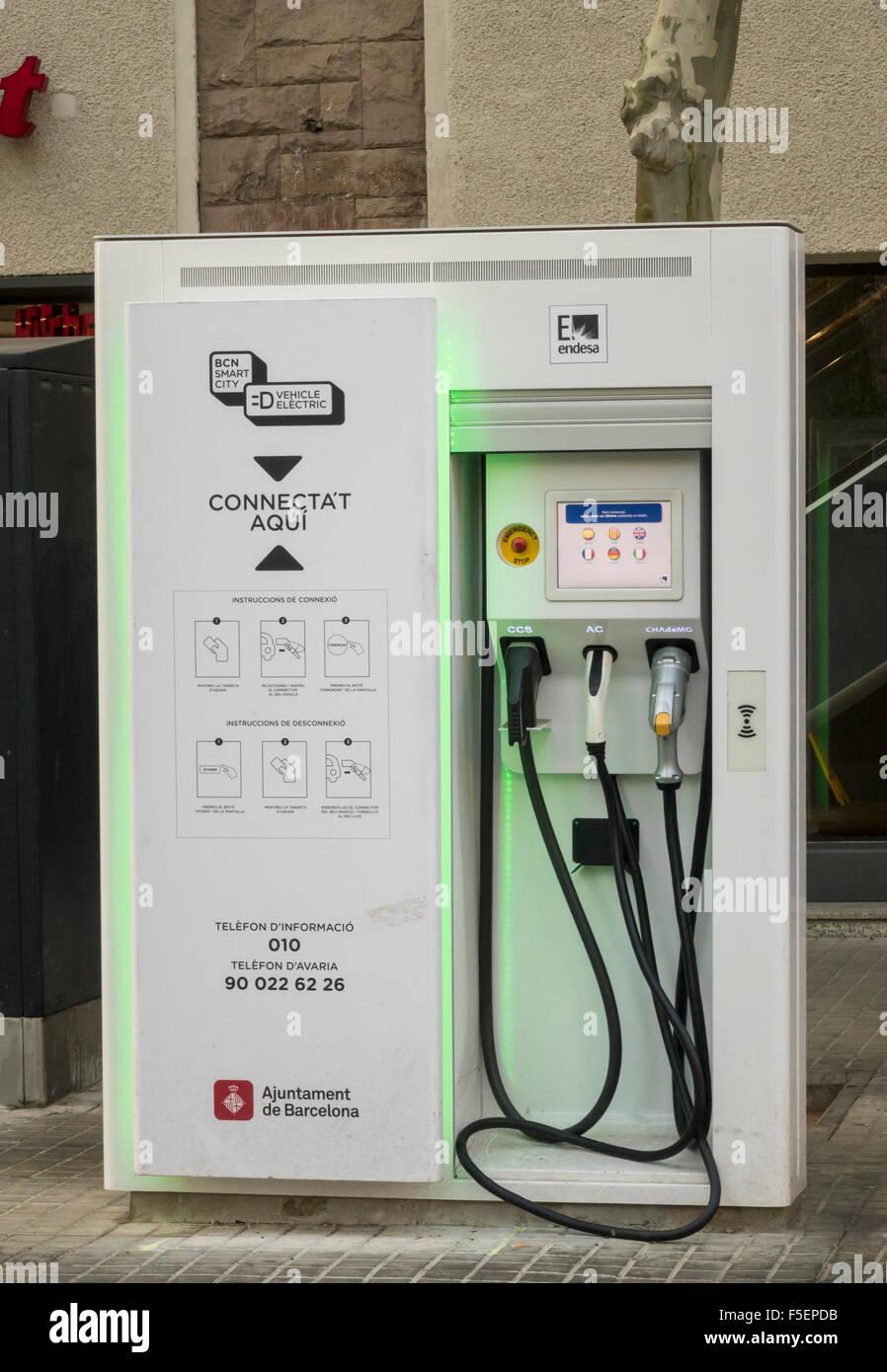 Elektrofahrzeug Ladestation Punkt in Barcelona, Spanien Stockbild